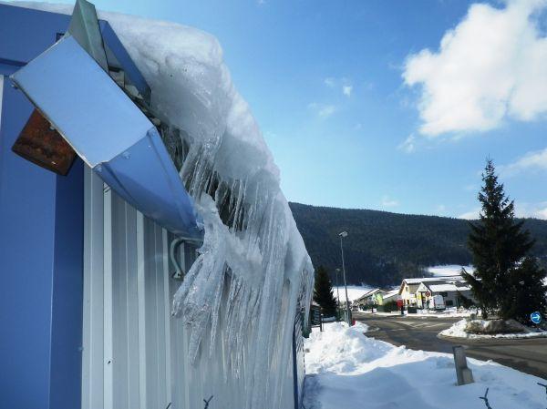 Gouttière detruite par la glace à la montagne