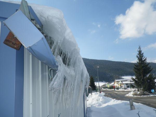 Un caniveau détruit par la glace en montagne